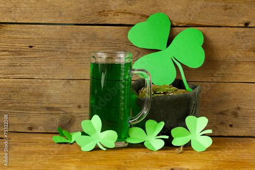 Fotobehang Bier / Cider St Patrick's Day green beer with shamrock