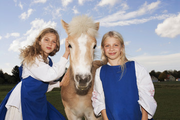 Zwei Mädchen mit Pony