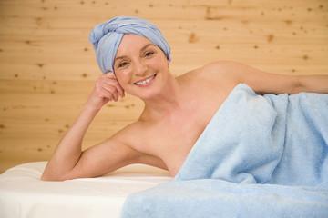 Mature Womanan in ein Handtuch, Portrait gewickelt