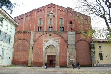 """Fassade und Vorplatz der Kirche """"San Pietro"""" in Pavia"""
