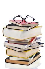 La pile de livres et les lunettes