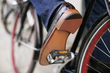 Herrenschuhe eines Fahrradfahrers
