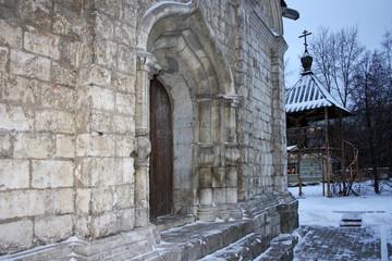 Старая деревянная дверь в кирпичном здании