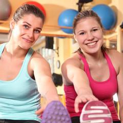 zwei Frauen im Gymnastikraum