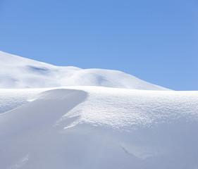 Schneewehe vor Blauem Himmel