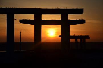 Недостроенный мост, схожий с архитектурой Японии.
