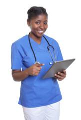 Sympathische Krankenschwester aus Afrika mit Tablet-Computer