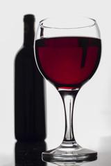 kırmızı şarap ve şişesi