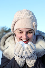 девушка ест снег