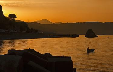 Ischia all'alba,un pescatore