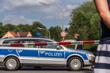 Schaulustige bei Polizeieinsatz mit Straßensperrung