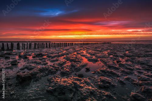 Sonnenaufgang an der Nordsee bei Ebbe - 75352177