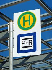 Bushaltestelle mit Park and Ride Schild