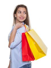 Attraktive Frau mit braunen Haaren und Einkaufstaschen