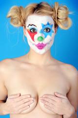 Nackter Clown macht Kussmund