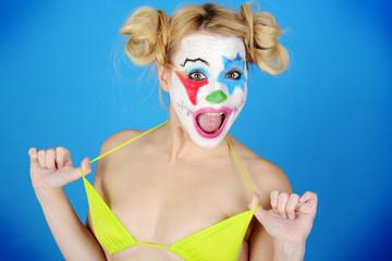 Erotischer Clown spielt mit Bikini Oberteil