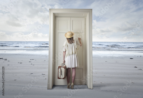Leinwanddruck Bild The door at the beach