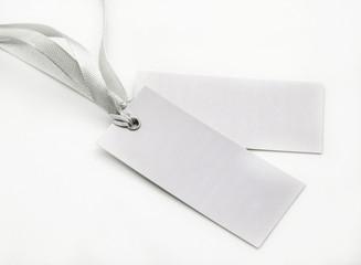 Etiquetas con lazos de color gris sobre fondo blanco