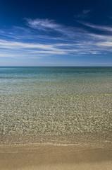 Mare cristallino, spiaggia e cielo