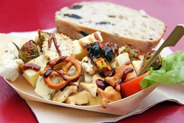 käsehappen mit salzgebäck und oliven