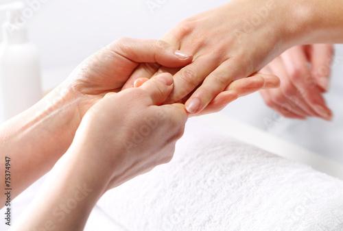 Masaż dłoni, kobieta w salonie kosmetycznym - 75374947