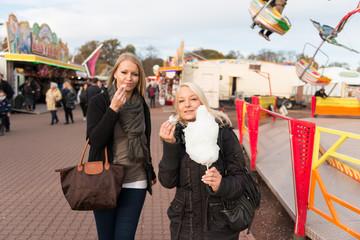Zwei Freundinnen essen Zuckerwatte