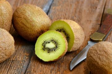 Kiwi, Messer - Auf Holz