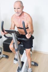 Senior mit Pulsmesser im Fitnesstudio