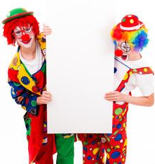 clowns präsentieren ein werbeschild