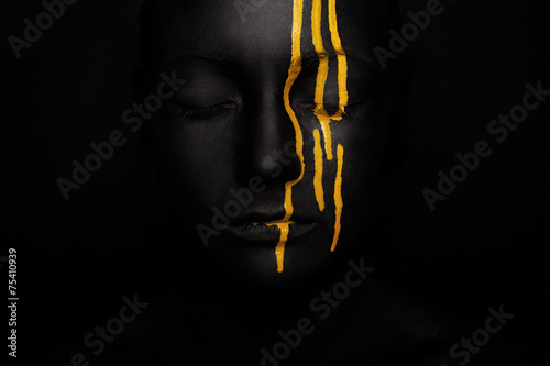 Papiers peints Akt lady in black paint with yellow smudges