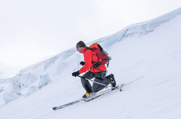 elegante Abfahrt im Telemark-Stil