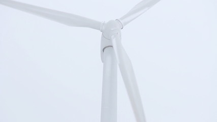 Windrad dreht sich vor weißem Hintergrund