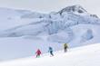 Abfahrt vor beeindruckender Gletscher-Kulisse