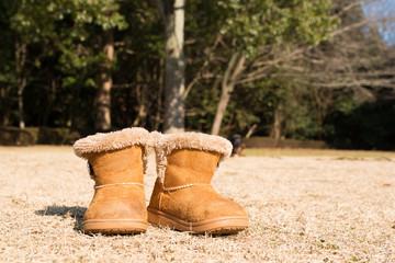 芝生に置かれた子供用のブーツ