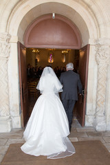 Mariés de dos avec son papa