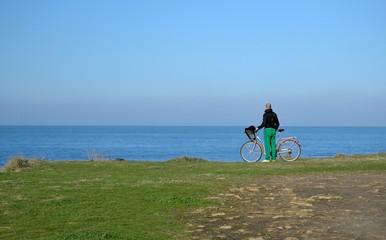 Homme à vélo observant la mer