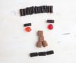 canvas print picture - Neutral schauender Mann aus Süßigkeiten