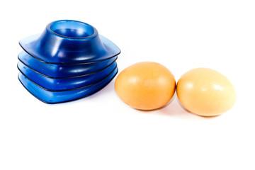 Frische Braune Eier mit Eierbecher