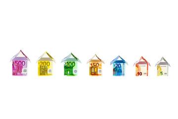 Häuser aus Euro-Geldscheinen vor weißem Hintergrund