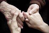 Fototapety Dare amore e calore a persone anziane