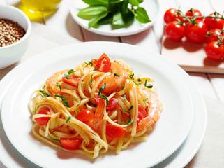Linguine con gamberi e pomodorini