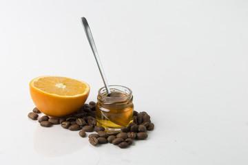 Kaffeebohnen mit Honig und Orange
