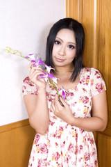 蘭の花を持つ女性