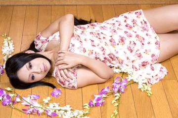 木の床に仰向けになる女性