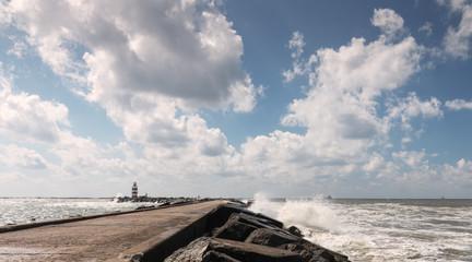 Wolkenlucht boven de pier van IJmuiden
