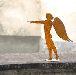 Jüngling mit Flügeln aus Metall