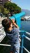 Bambino sul lago