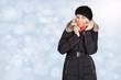 Junge blonde Frau im Schnee