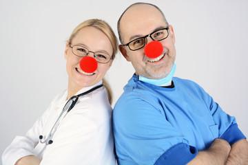 Klinik-Personal als Clown verkleidet