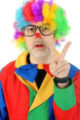 Ungepflegter Clown macht Peace-Zeichen